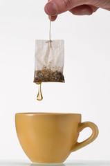 Remojando bolsa de te en una taza.
