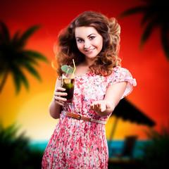 junge Frau mit Cocktail vor Strandmotiv