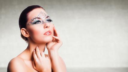 attraktive Frau mit aufwändigem Makeup