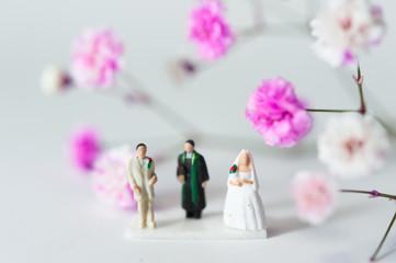 結婚式をする男女のミニチュア