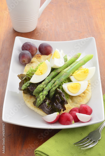 Egg and asparagus salad