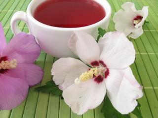 Tee mit Hibiskusblüten