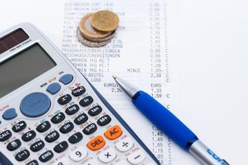 Quittung, Wechselgeld und Kuli Taschenrechner