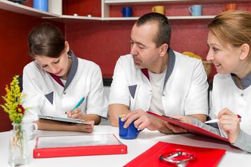 Drei Pfleger notieren sich Daten