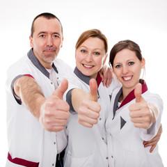 Drei Pfleger mit Daumem hoch