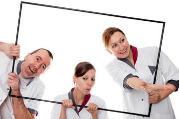 Lustiges Pflegepersonal hinter einem Rahmen