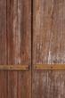 Hintergrund  rohes Holz mit Eisenbeschlag