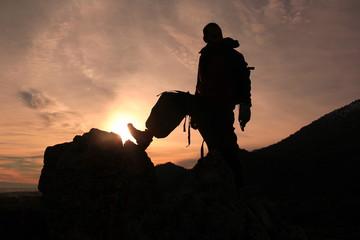 zirvede dağcı gündoğumunda