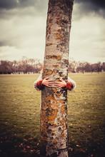 Kobieta tulenie drzewo