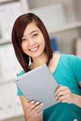 moderne junge frau arbeitet mit tablet-pc