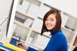 kreative junge frau am arbeitsplatz