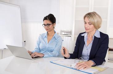 Erfolgreiche Zusammenarbeit unter Business Frauen