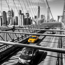 Taxi traversant le pont de Brooklyn à New York