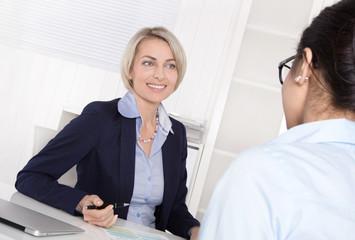 Bewerbungsgespräch: Zwei Frauen im Gespräch