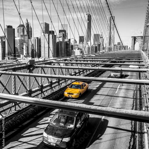 taxi-taksowka-krzyzuje-most-brooklynskiego-w-nowy-jork