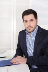 Junger Unternehmer sitzend im Büro als Berater