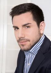 Gesicht: Junger Mann im Business Look - Foto zur Bewerbung