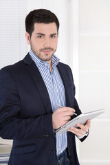 Business Mann im Büro mit Tablet-PC