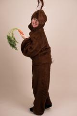 Frau im Hasenkostüm mit Karotte