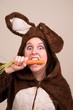 Frau im Diät Wahnsinn isst Möhre