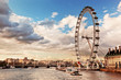 roleta: London, England the UK skyline. The River Thames