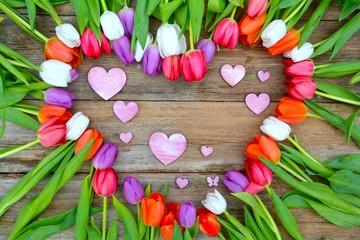 viele Herzen und Tulpenblüten