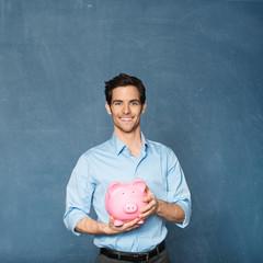 Mann hält Sparschwein