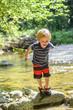 kleiner Junge erkundet die Natur