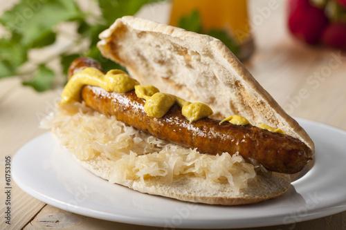 Bayerische Sandwich mit Sauerkraut und Bratwurst