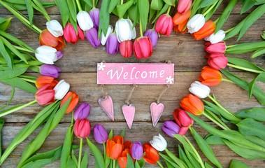 Herz aus Tulpen mit Schild - Welcome
