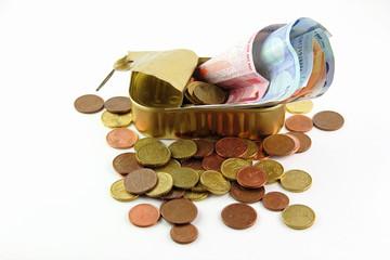 Monete e banconote in una scatola di sardine