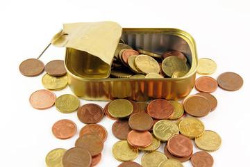 Monete in una scatola di sardine