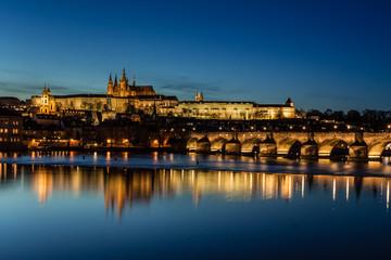 Prager Burg und Karlsbrücke am Abend