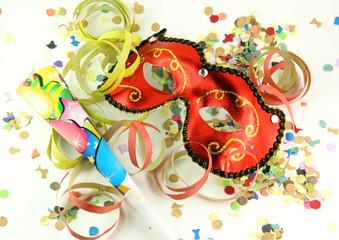 Una maschera di carnevale rossa coriandoli e stelle filanti
