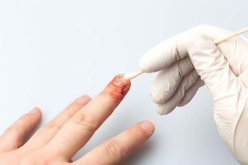 Reinigung Schnittverletzung Finger
