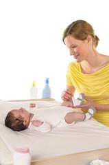 Mutter mit Säugling, Socken anziehen