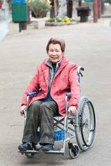 高齢者女性が車椅子に乗っている様子
