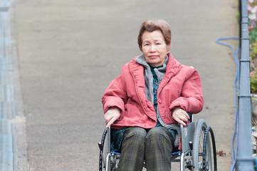 車椅子生活の高齢者の女性