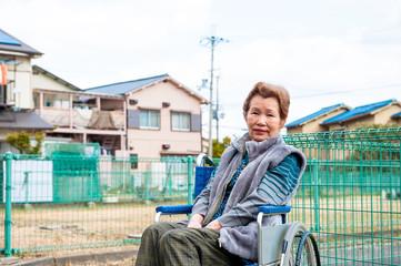 車椅子に乗った高齢の女性