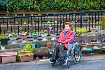 花と車椅子の女性