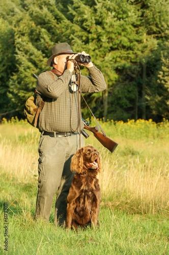 Jäger mit Jagthund auf der Pirsch - 61779101