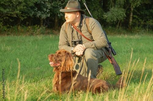Keuken foto achterwand Jacht Jäger mit Jagthund auf der Pirsch