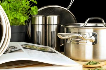 Kochbuch Kräuter und Kochutensilien