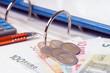 Aktenordner und Geldscheine
