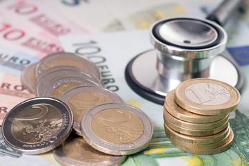 Euro Geldscheine mit Münzen und Stethoskop