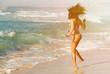 Frau im Urlaub am Meer Strand