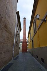 Callejon con gran chimenea de Ladrillo (logroño,La Rioja)