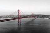 Fotoroleta Czerwony most na biało- czarnej panoramie miasta