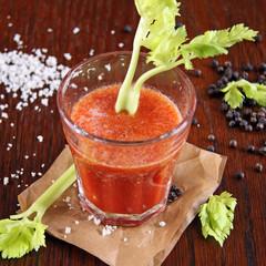 tomatensaft mit sellerie und salz und pfeffer