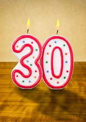 Brennende Geburtstagskerzen Nummer 30